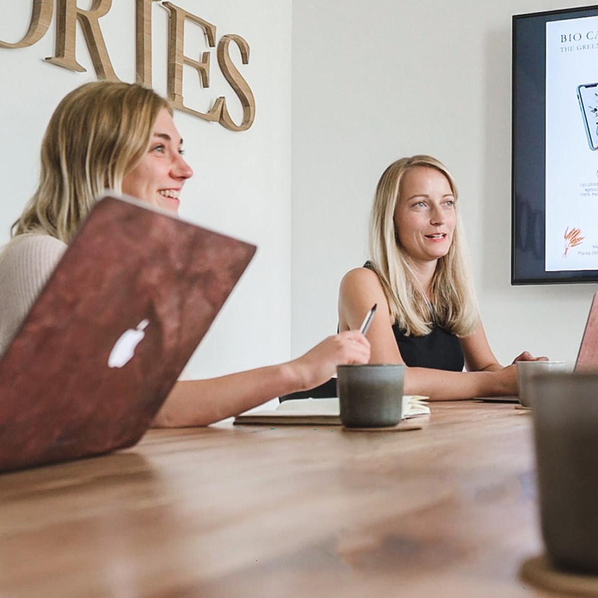 Besprechung im nachhaltigen Office   Woodcessories